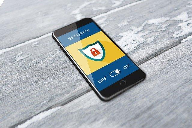 VPN vertailussa turvallisuus tärkeää, kuvassa lukko puhelimessa