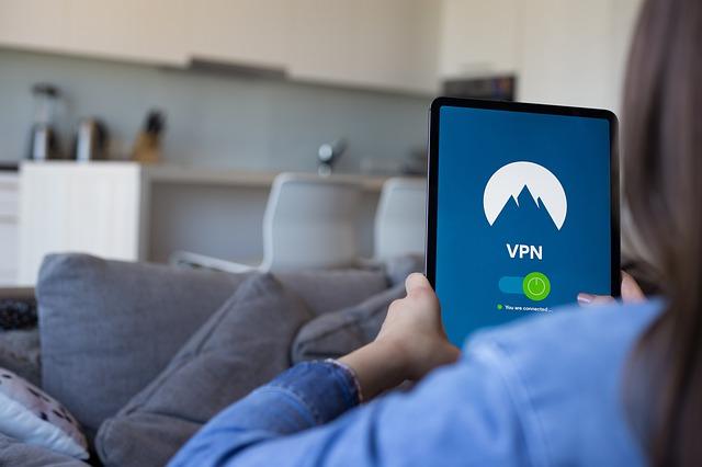 Ilmainen VPN yhteys käytössä naisella tabletilla.