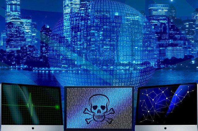 Virustorjuntaohjelma kuvattuna tietokoneella ja pääkallolla